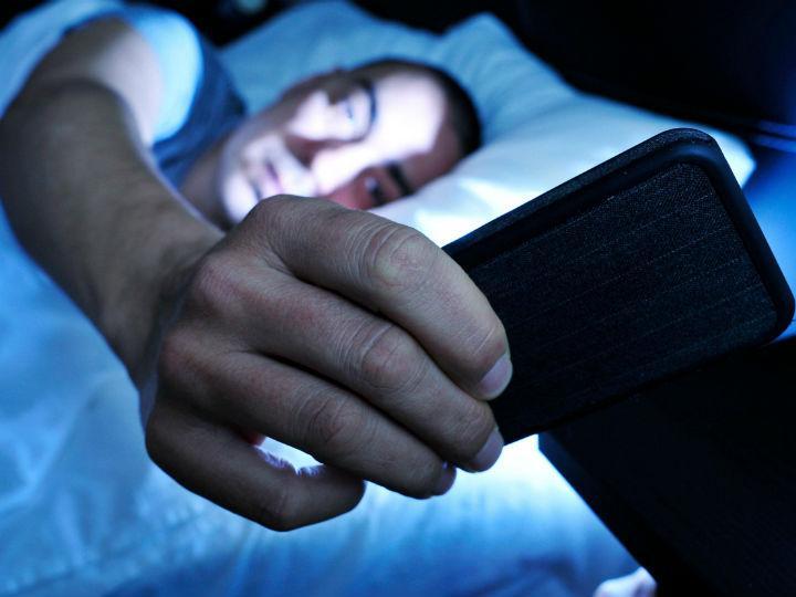 Por qué es peligroso dormir con el celular cerca de la cama