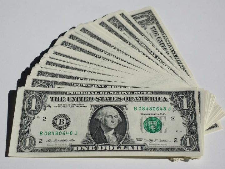 Dólar en $19.25; peso gana tras dato de inflación