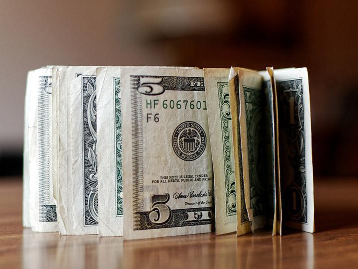Dólar cierra hasta en 19.04 pesos en bancos capitalinos