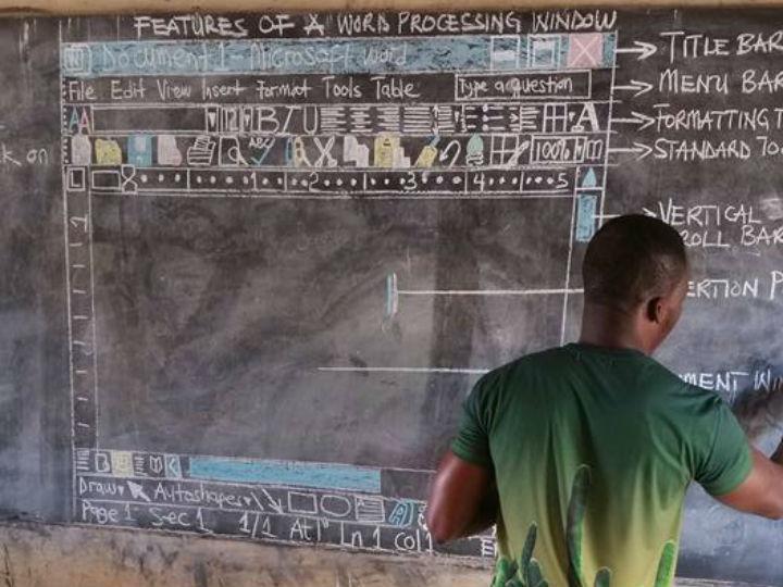 Un profesor africano enseña Word dibujando con tiza en una pizarra