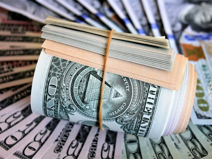 Dólar cotiza a la venta en 18.65 pesos en el AICM