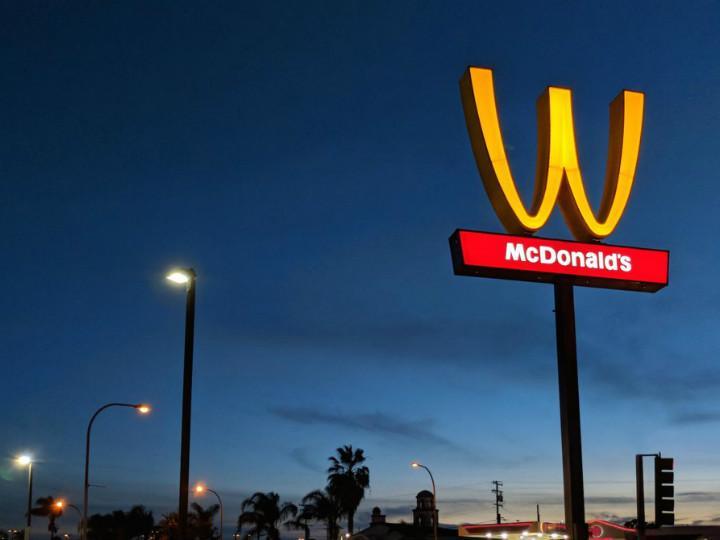 "Algo raro pasa en McDonald's la emblemática ""M"" de arcos amarillos está al revés ""W"""