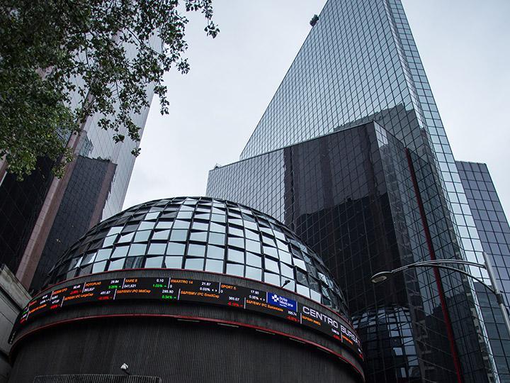 Peso disminuye y la Bolsa local cierra con avance semanal