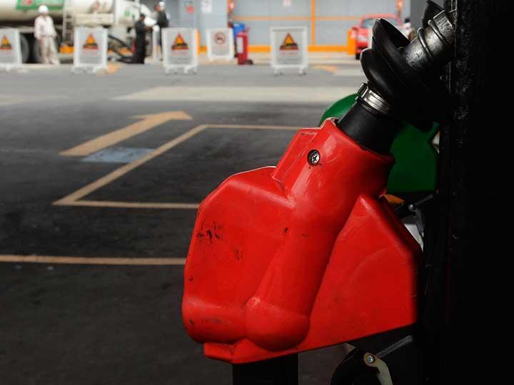 AMLO adelanta que congelará durante tres años los precios de gasolinas