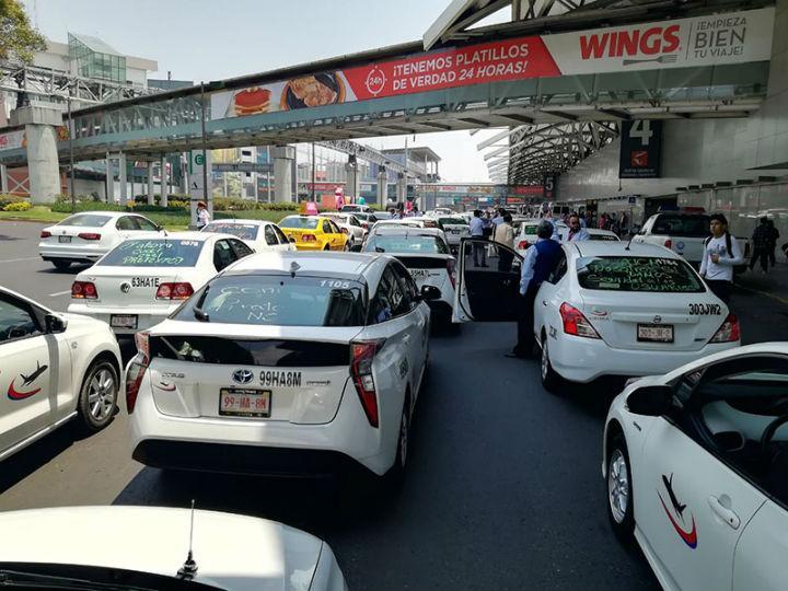 Taxistas realizan protesta contra operadores pirata en la Terminal 2 del AICM