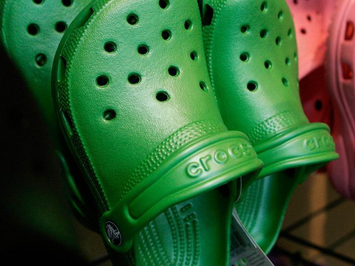 Crocs cerrará varias fábricas y subcontratará la producción de calzado
