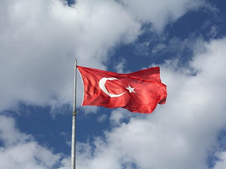 Turquía duplica aranceles a autos, alcohol y tabaco de EU
