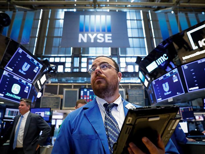 El índice S&P 500 y el Promedio Industrial Dow Jones de de la bolsa de Nueva York cerraron con leves caídas este jueves