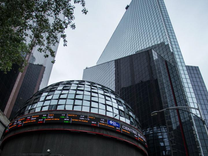 Peso cae ante dólar previo a anuncio de política monetaria de Banxico