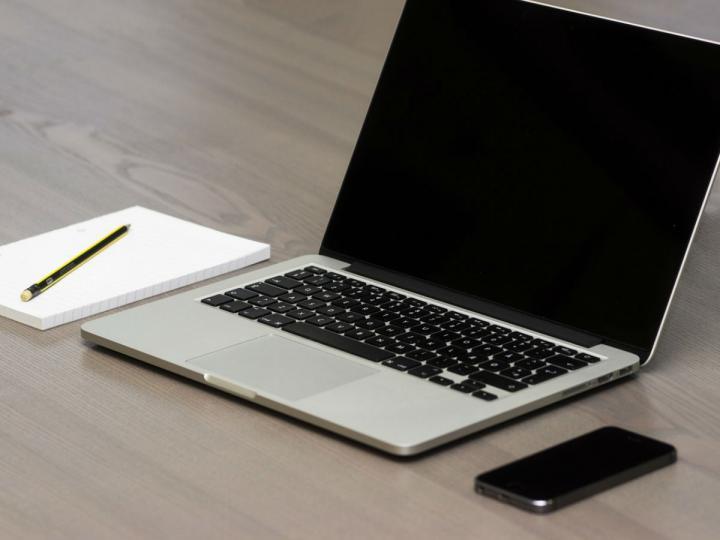 Una aerolínea prohíbe volar con cualquier modelo de MacBook en la maleta