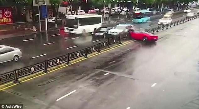 Mujer china destroza un Ferrari después de alquilarlo - Las Noticias de Chihuahua