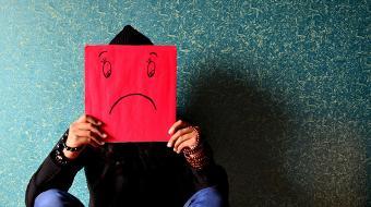 Si los hábitos definen en parte tu estado de ánimo, vale la pena conocer cuáles son aquellas actividades que realizan las personas que no son felices, para identificarlos y evitarlos. Foto: Pixabay