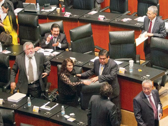 La negociación se extendió hasta la madrugada de ayer en el Senado. Fotos : Cuartoscuro y Archivo