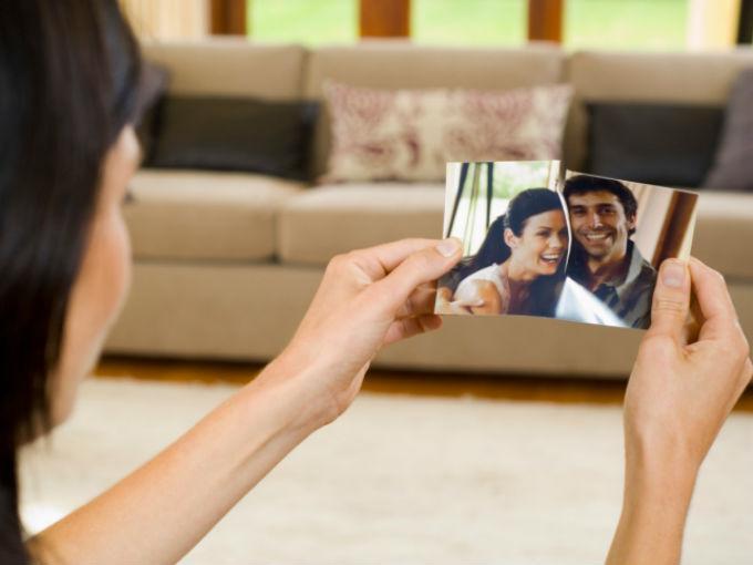Hoy ya no basta romper fotografías o quemar las viejas cartas para no volver a ver al 'susodicho (a)' jamás. Foto: Photos.com