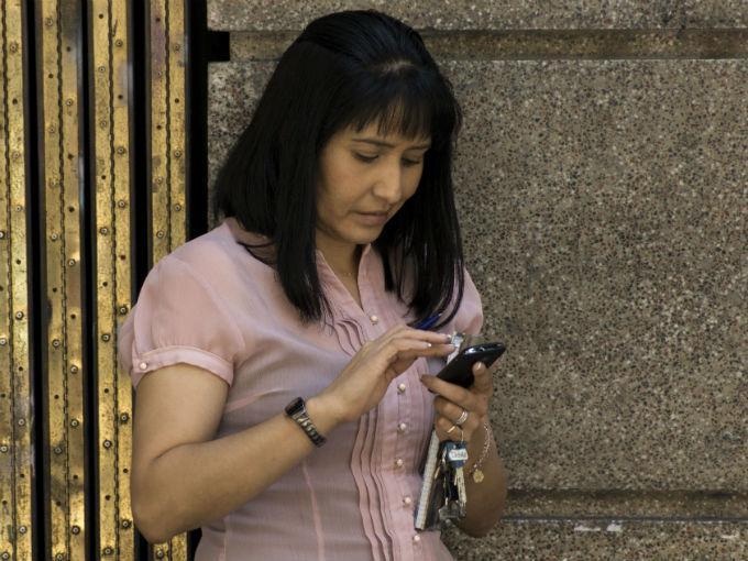 Los avances tecnológicos han convertido a los teléfonos móviles como herramientas que facilitan y agilizan los hábitos de consumo. Foto: Especial.