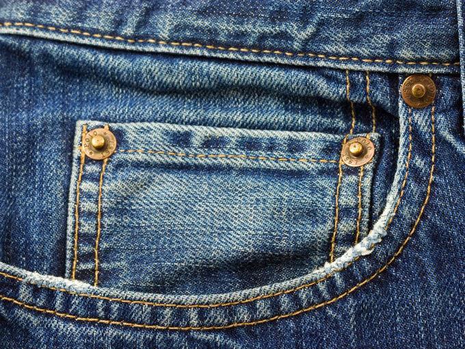 ¿Para qué sirven esos botones de metal en las bolsas de los jeans?