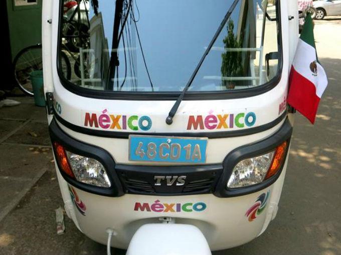 """Embajadora mexicana deja auto de lujo y sube al """"taxi de los pobres"""""""
