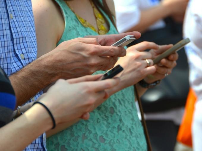 La diferencia entre un millennial pobre y uno rico está en cómo usa Internet