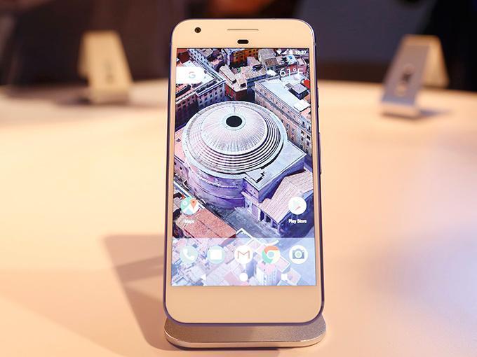 Los teléfonos Galaxy de Samsung Electronics Co Ltd tienen la pantalla flexible y se espera que Apple Inc comience a usarla al menos en algunos de sus próximos modelos de iPhone. Foto: Reuters