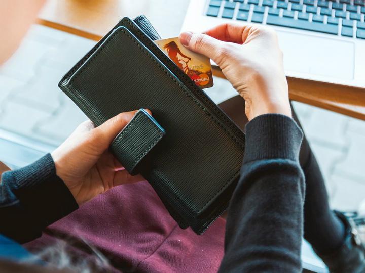 A diciembre de 2016, los ingresos por comisiones de la Banca por concepto de anualidad ascendieron a 16, 902 millones de pesoS, según datos de Condusef. Foto: Pixabay