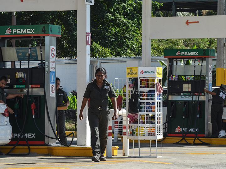 En la Ciudad de México, la delegación Azcapotzalco contará con los precios más bajos, con un costo para la Magna de 16.01 pesos, la Premium 17.93 y el diésel 16.68 pesos por litro. Foto: Cuartoscuro