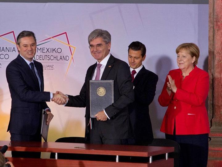 La ceremonia de la firma del convenio contó con la presencia del presidente Enrique Peña Nieto y la canciller de Alemania, Angela Merkel.
