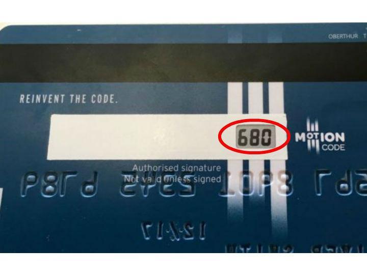 La preocupante razón por la que debes cubrir los números detrás de tu tarjeta