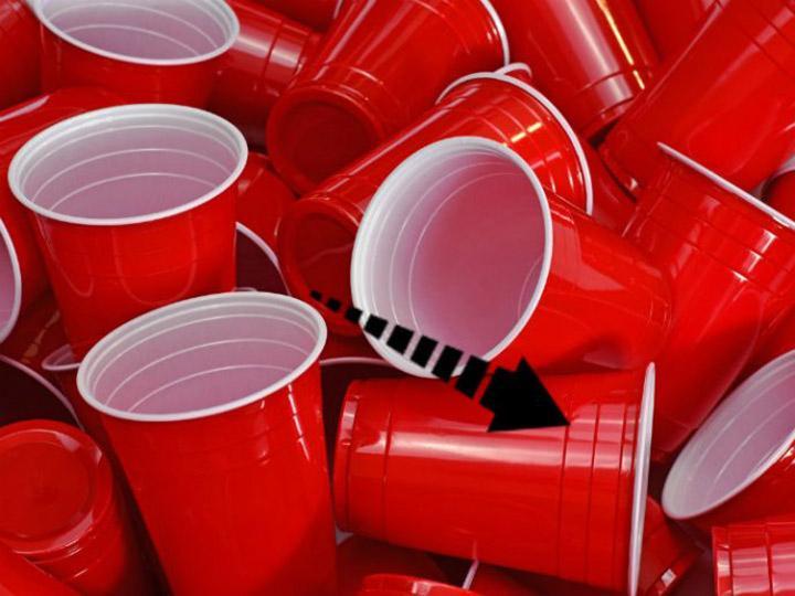 Aprende sobre lo que compras: El verdadero uso de las rayas en los vasos de plástico