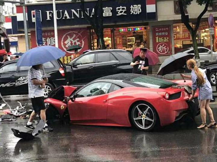 Una mujer china estrella un valioso Ferrari minutos después de haberlo alquilado