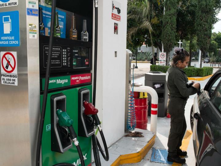 Durante los últimos meses los mexicanos han enfrentado el elevado costo de los combustibles, colocándose en un promedio de 20.48 pesos por litro. Foto: Cuartoscuro