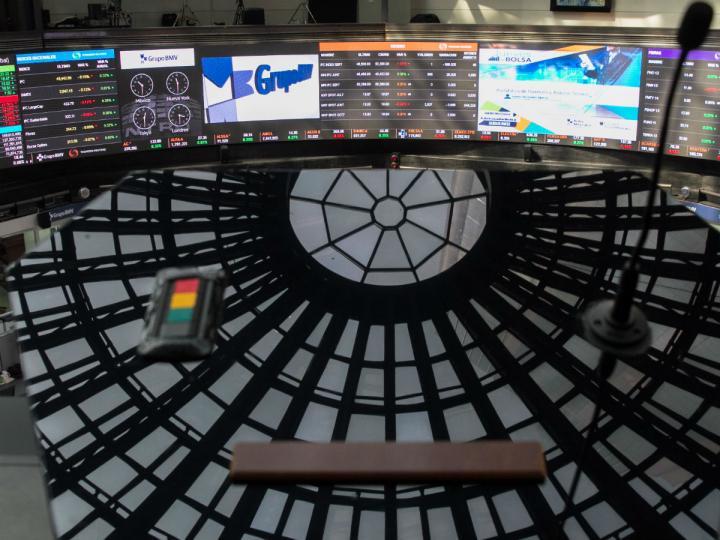 BMV se eleva al piso de los 40 mil puntos; Peso respira frente al dólar