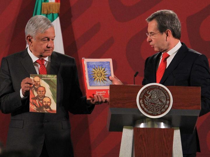 El presidente López Obrador conmemoró el 60 aniversario de la entrega de libros de texto gratuitos. Foto: Notimex