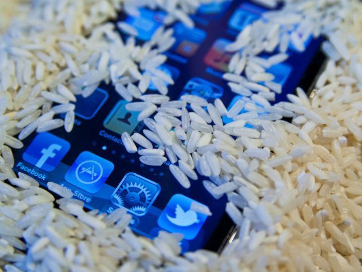 ¿Sirve el arroz para salvar la vida de un Smartphone mojado?