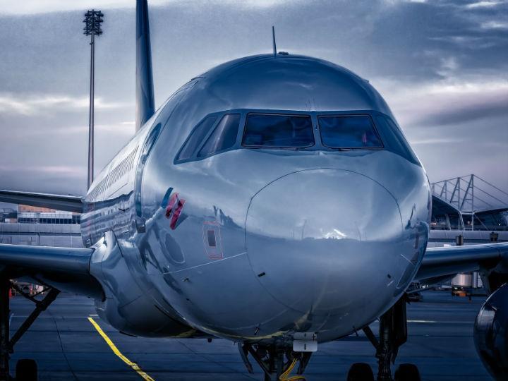 Las tarjetas que hacen más 'barato' viajar en avión que en autobús