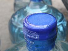 Es natural que el consumidor promedio piense en adquirir agua embotellada debido a la calidad del líquido que sale de las llaves de su casa. Foto: Excélsior