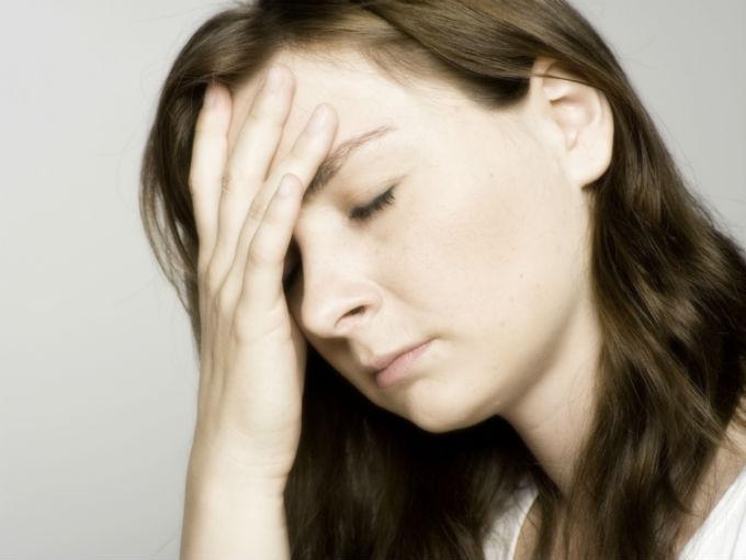 Dolor de cabeza rígido en el cuello detrás de los ojos